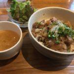 博多駅近くでイベリコ豚丼(スープサラダ付)のワンコインランチ!